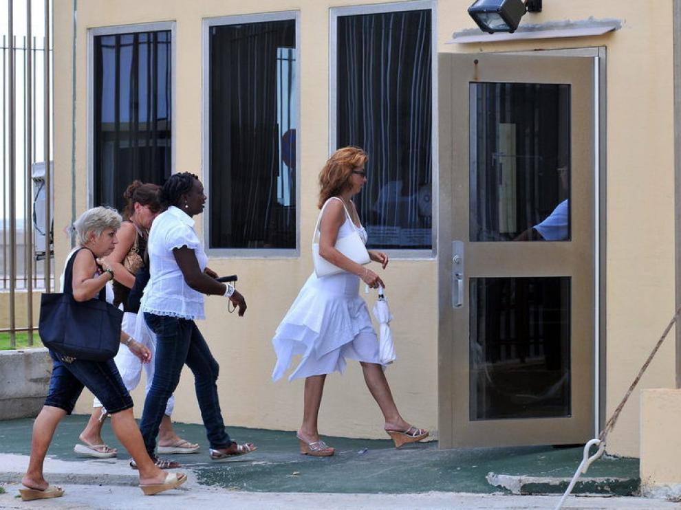 Varias mujeres entran a la Sección de Intereses de Estados Unidos en Cuba