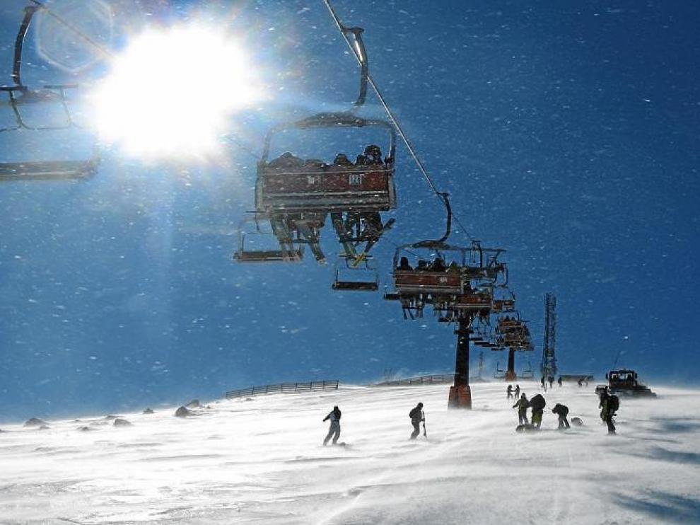 Esquiadores en el telesilla de la pista Cogulla, en la zona denominada Cota 2.000 de la estación de Cerler.
