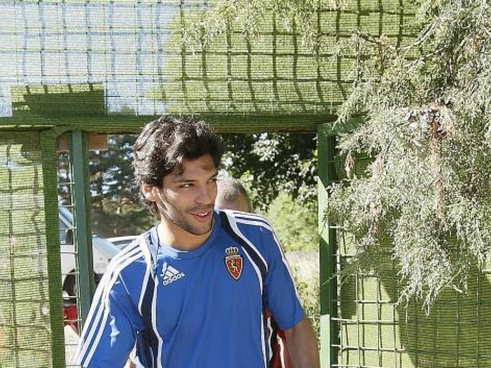 Ángel Lafita entra sonriente en el campo del Navaleno.