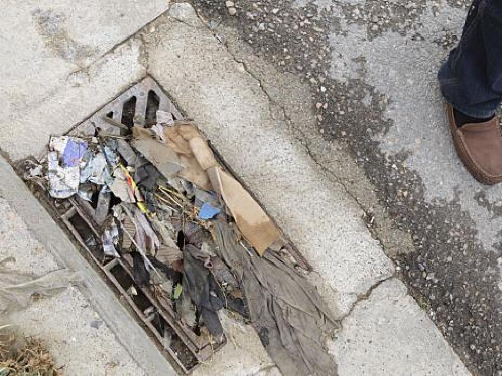 Basura acumulada en uno de los sumideros de la calle de Ganadería ayer por la mañana.