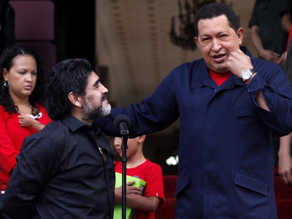 El futbolista Diego Armando Maradona, junto al presidente venezolano, Hugo Chavez