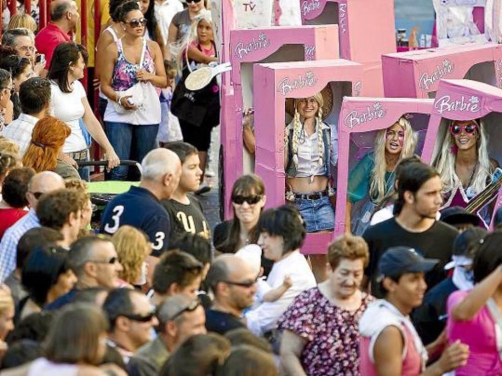Unas 15 comparsas participaron en el desfile de carrozas. Entre ellas, este grupo de 'barbies'.
