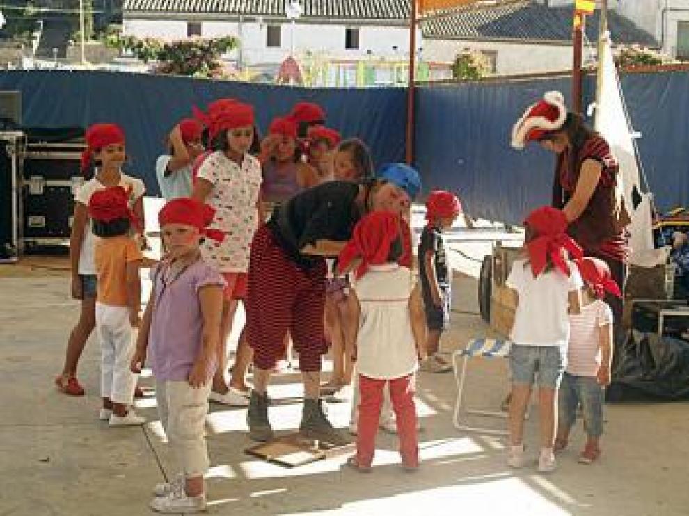 Varios niños, en la animación infantil de un cuento de piratas.