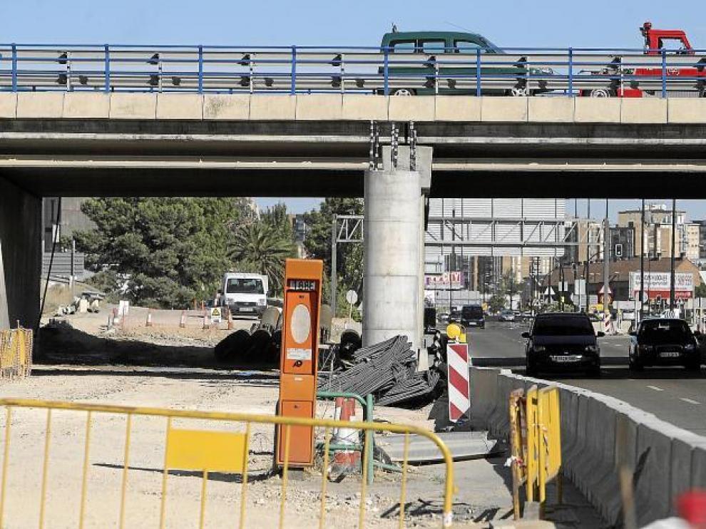 Viaducto de la Ronda Norte en construcción sobre la carretera de Logroño, ayer por la tarde.