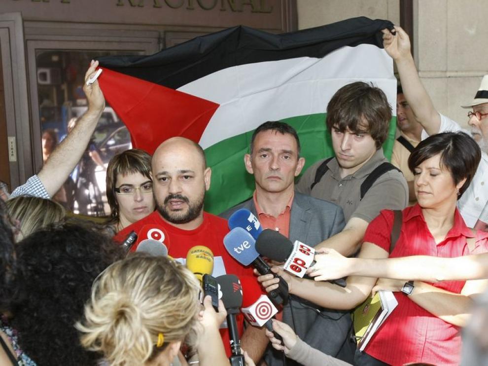 Manuel Tapial atiende a los medios después de presentar una querella contra Israel
