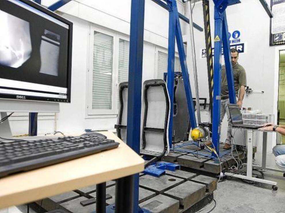 La Almunia pone  a prueba la seguridad de los asientos  de trenes y aviones