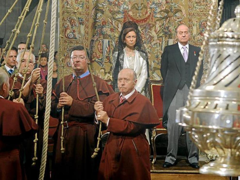 Los Reyes de España observan el botafumeiro durante la misa en la que don Juan Carlos realizó la invocación al Apóstol.