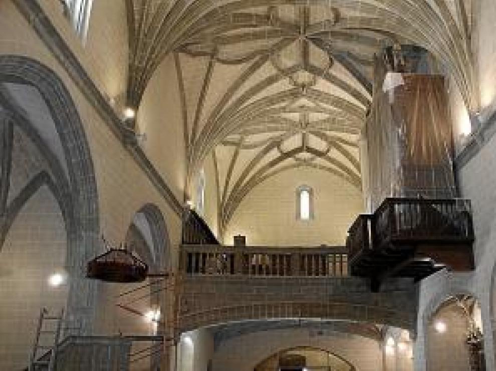 Interior de la iglesia, todavía con algún andamio.