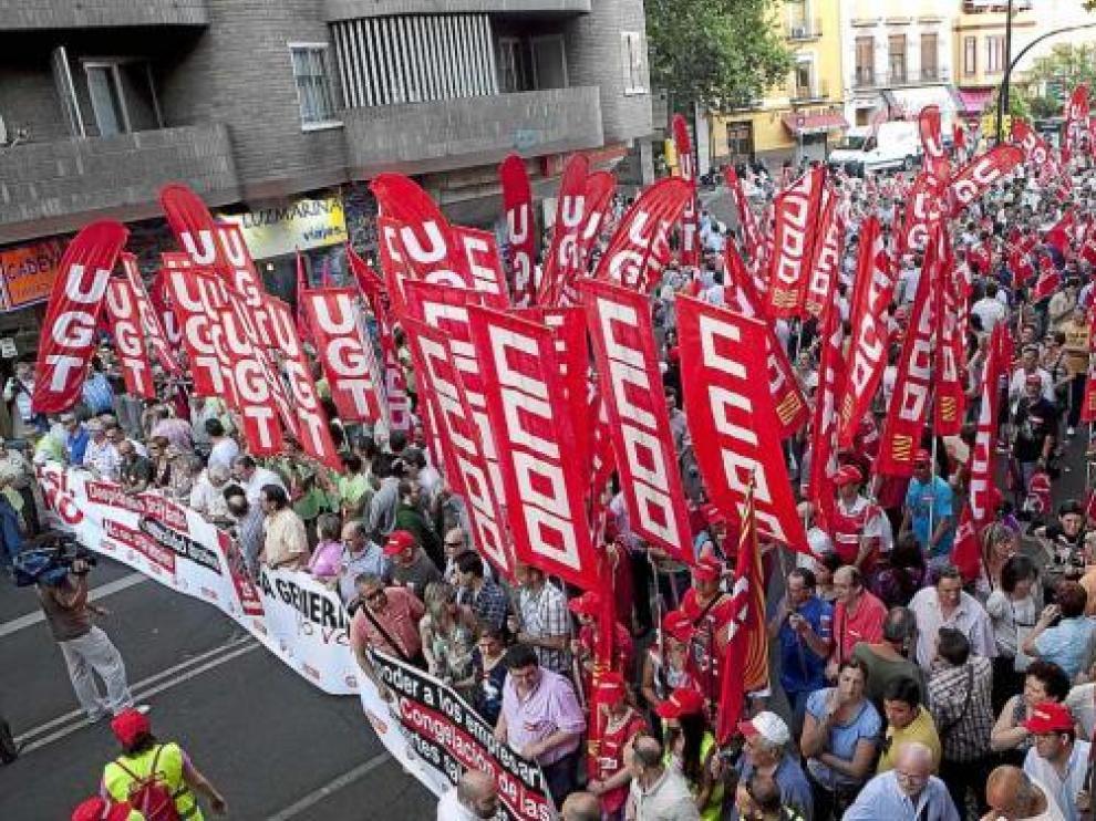 Manifestación convocada en Zaragoza por los sindicatos UGT y CC. OO. contra la reforma laboral.