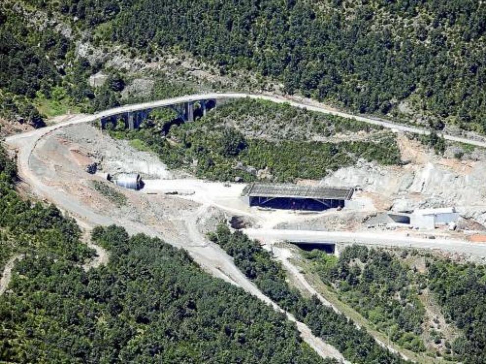 Uno de los túneles paralizados en Monrepós, entre la vieja carretera y la actual, el pasado viernes.
