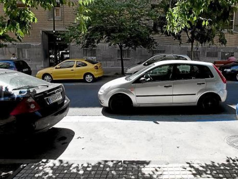 Un coche estacionado en doble fila, a pesar del hueco libre en la zona azul.