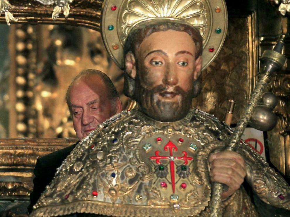 Don Juan Carlos, junto al busto del apóstol Santiago