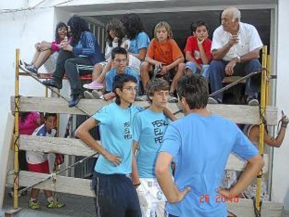 Jóvenes de Mediana en el encierro de ayer.