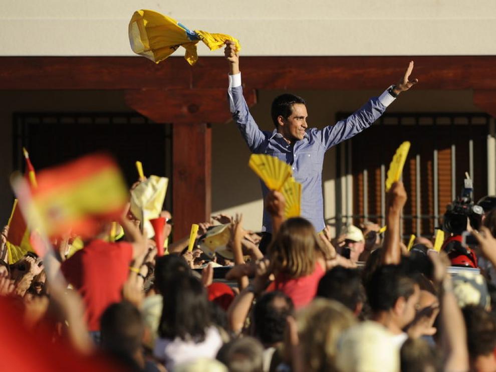 Contador, por la calles de Pinto a bordo de un descapotable.