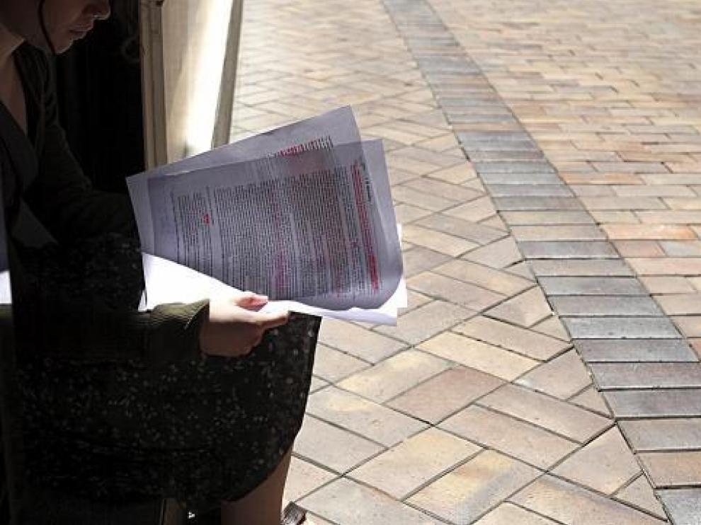 Ana Cristina L. revisa las explicaciones que el Ministerio de Educación da a la demora.