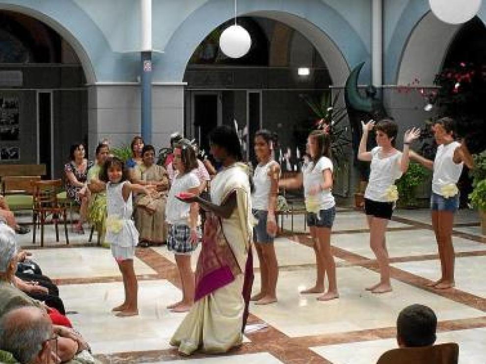 La religiosa Sahiji dirige la danza india de las niñas.