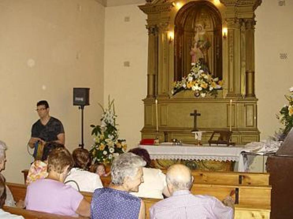 Fieles en el recuperado oratorio de Santa Ana de Barbastro.