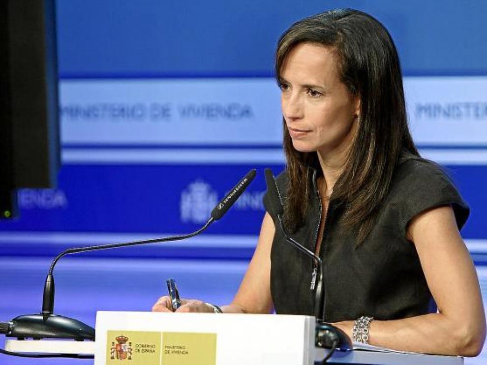 La ministra Beatriz Corredor anunció ayer las nuevas medidas tras reunirse con los consejeros.