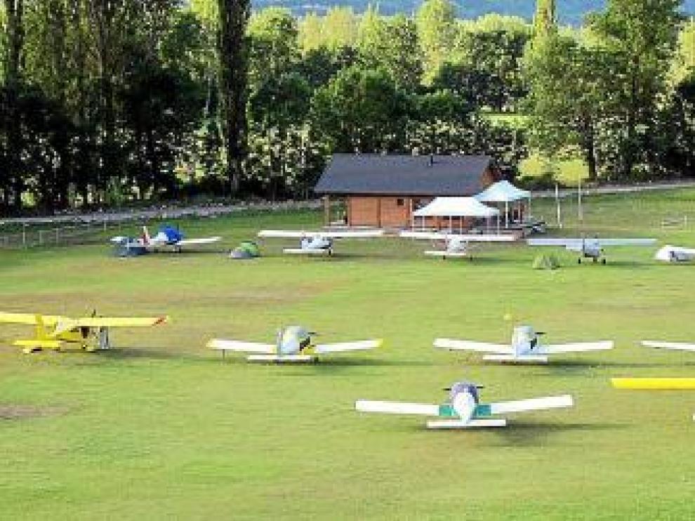 Las avionetas, en el campo de vuelo de Castejón.