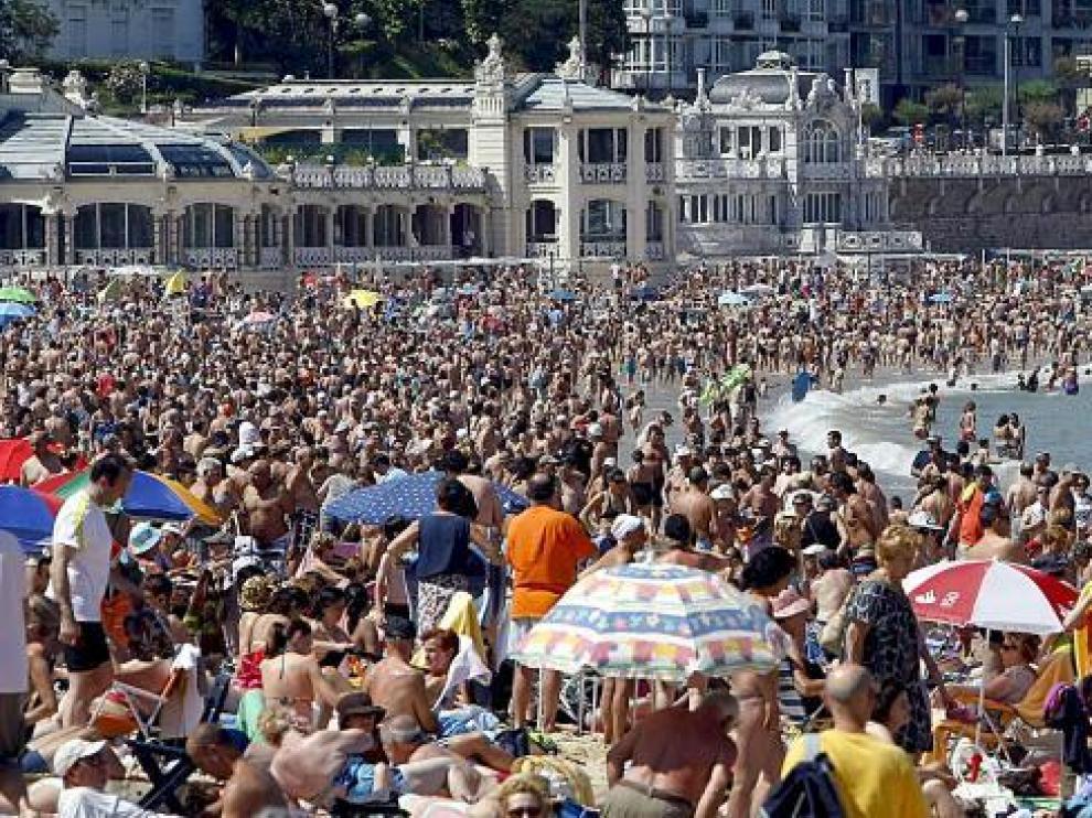 Cientos de personas toman el sol y se bañan en la playa de la Concha de San Sebastián el pasado 18 de julio.