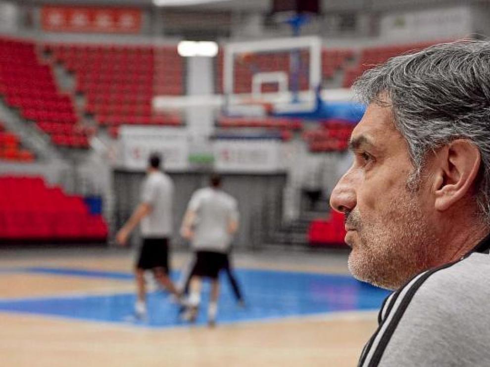 José Luis Abós observa a sus jugadores durante un entrenamiento.