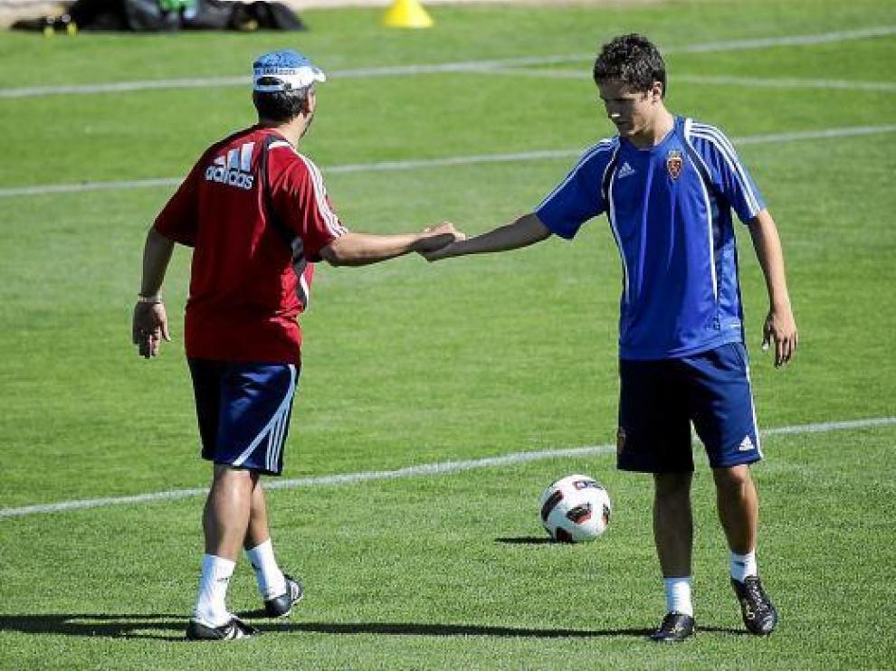 Ander le da la mano a Nayim, en el entrenamiento de ayer.