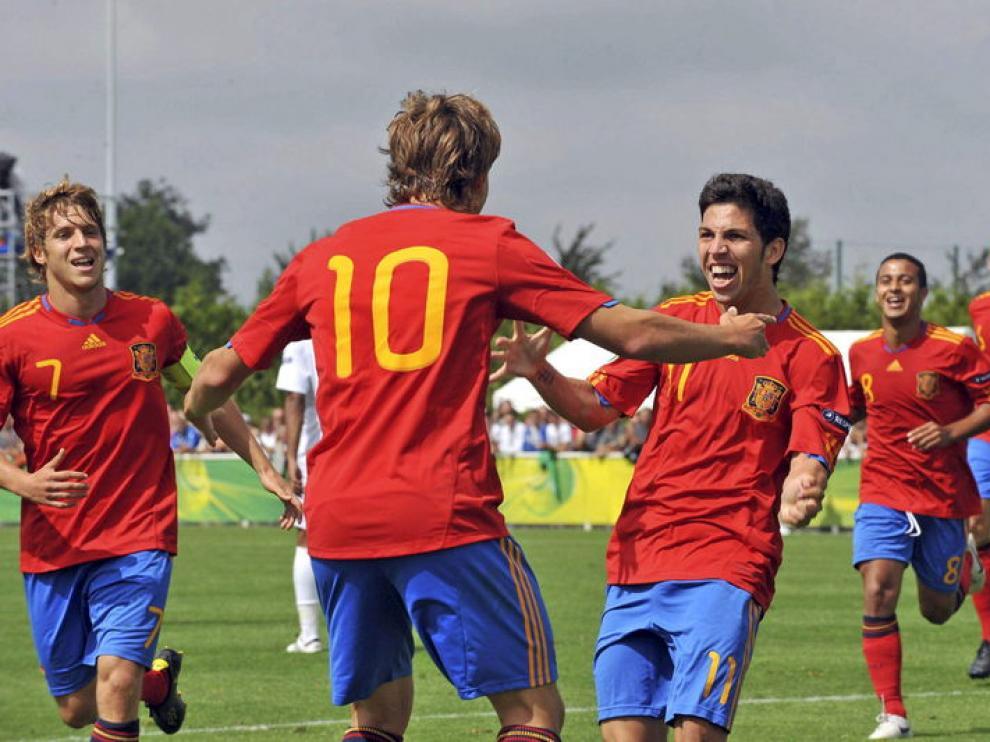 Canales y Pacheco celebran el tercer gol español.