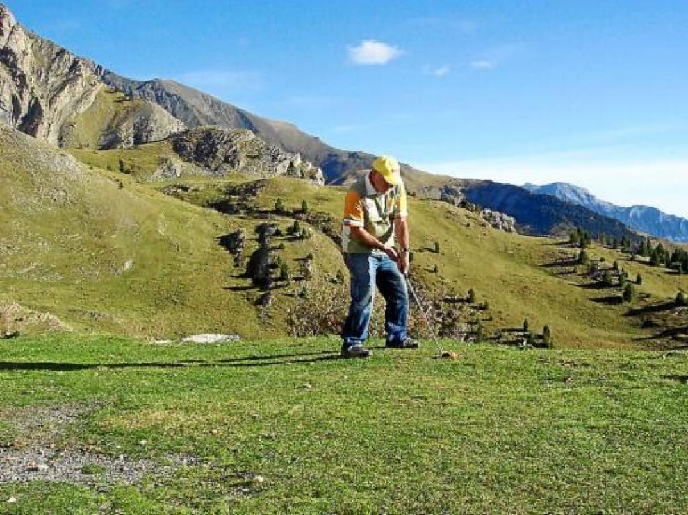 Miguel Ángel Arrudi, practicando golf junto a su refugio pirenaico.