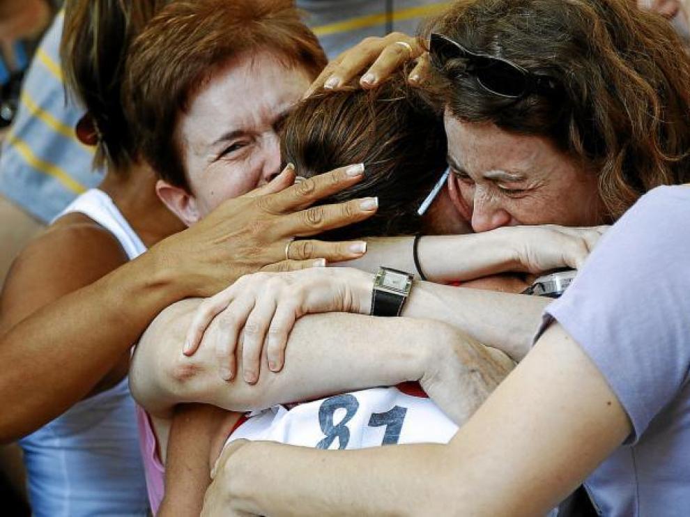 María José Poves se abraza con sus familiares nada más concluir la prueba.
