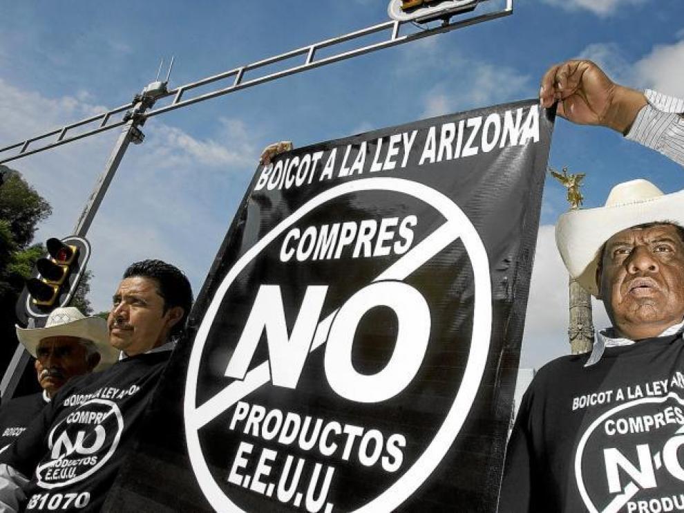 Decenas de campesinos mexicanos protestan por la ley de inmigración estadounidense.