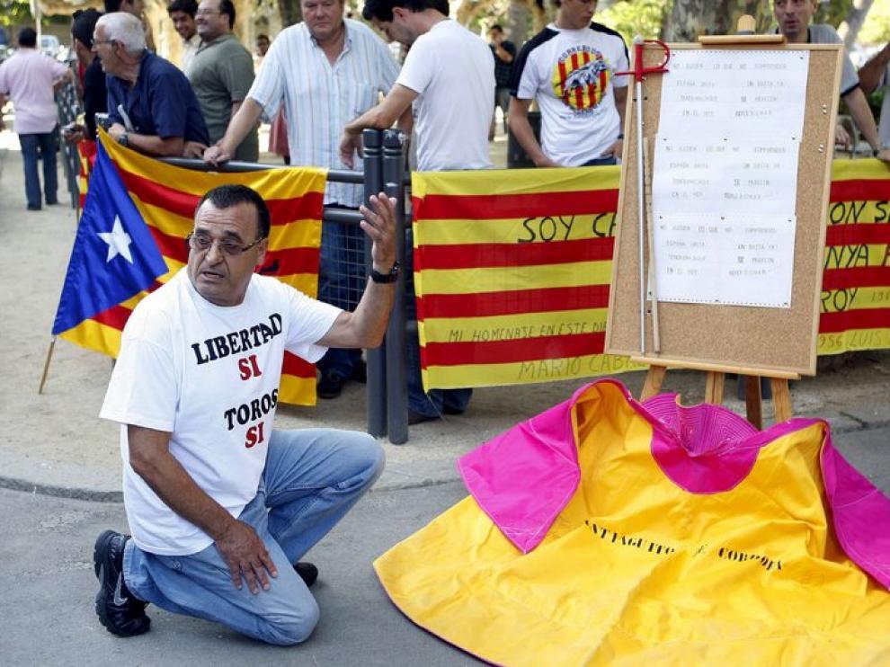 Manifestantes protaurinos, en la puerta del Parlament