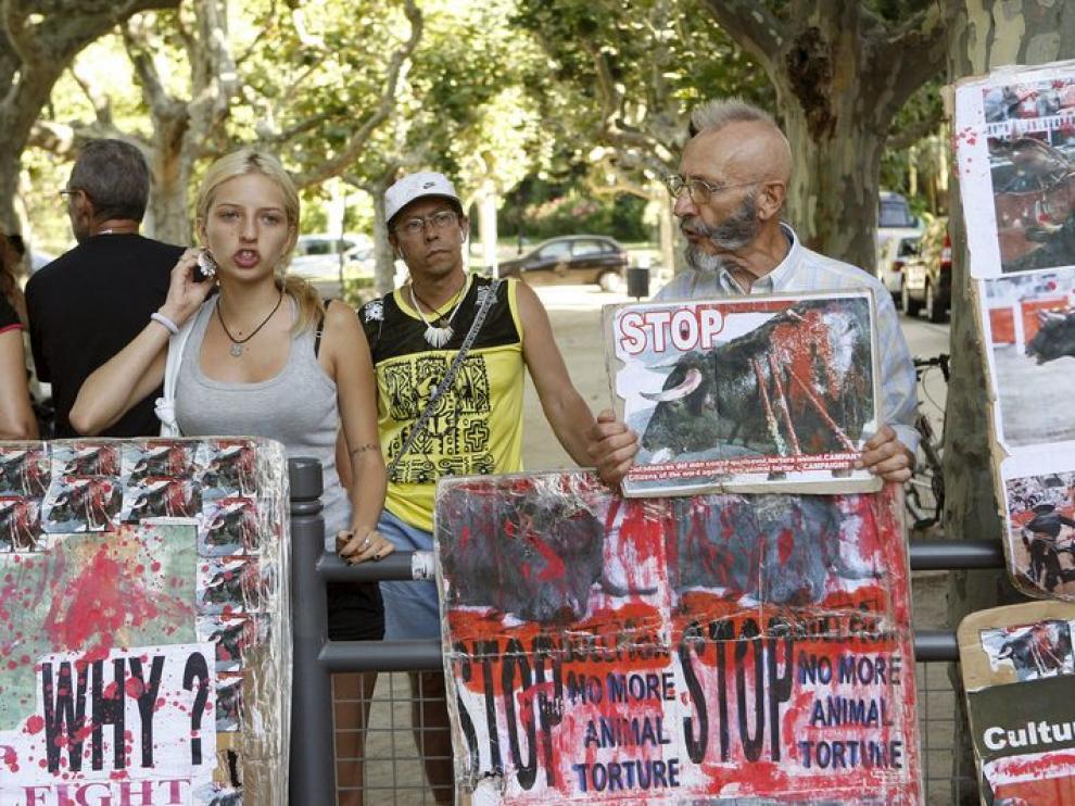 Activistas antitaurinos en la puerta del Parlament