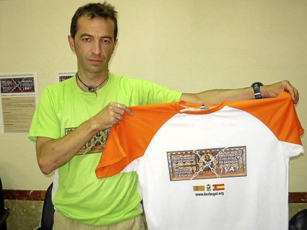David López, promotor de la marcha, con la camiseta reivindicativa que recibirán los participantes.