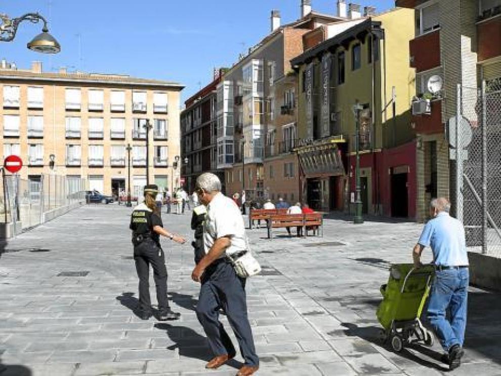 La plaza del Padre Pedro estrenó ayer bancos, papeleras y su nuevo adoquinado.