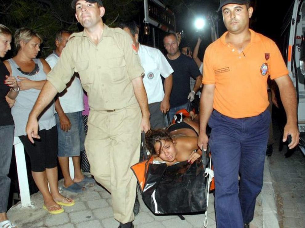 Una turista socorrida tras el hundimiento del barco.