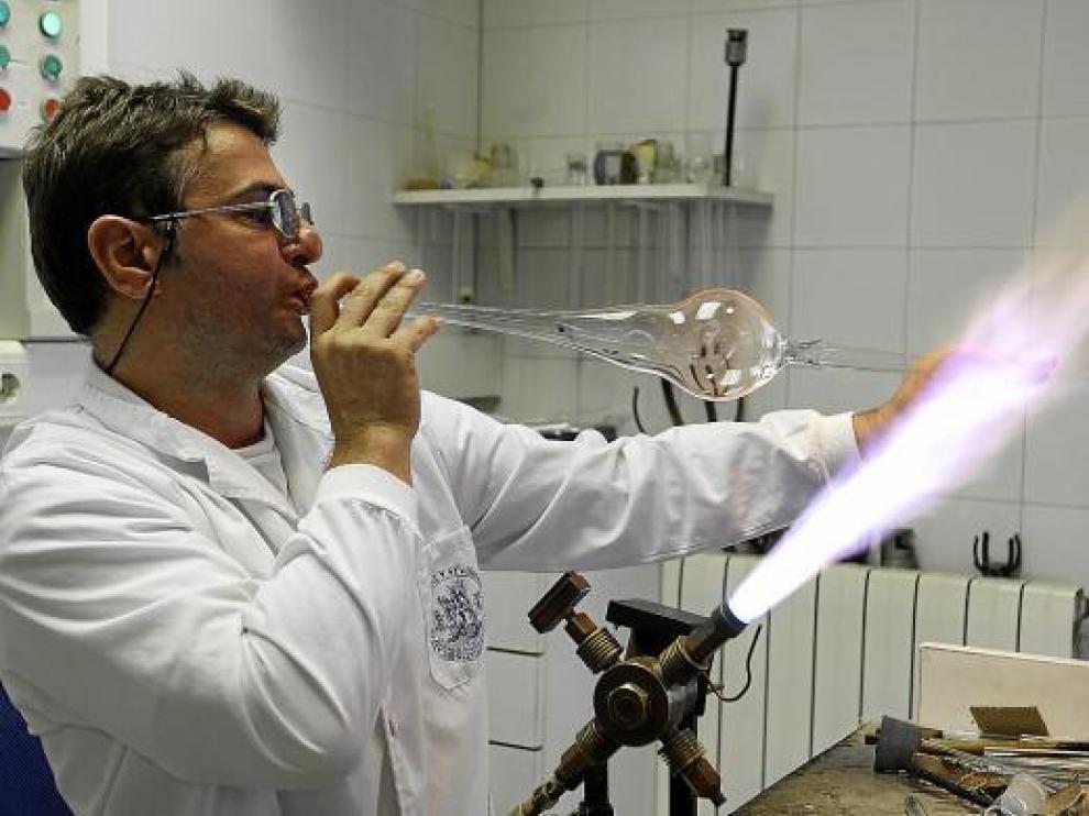 Javier Pérez hace una demostración de soplado de vidrio en el taller del servicio universitario.