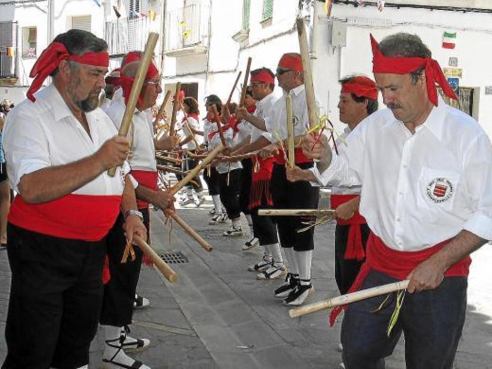 José Guillén y Manuel Campo Vidal, integrados con el resto de danzantes.