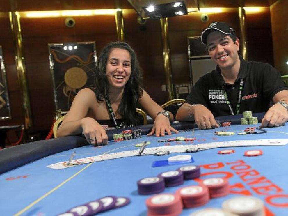 Paula y Daniel, lanzando unas fichas, tras una buena mano. En el Casino de Zaragoza, donde Paula ha jugado varios torneos.