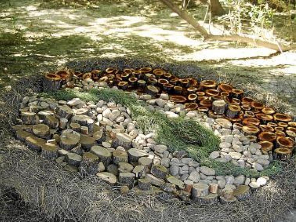 Una de las obras realizada a base de piedras, troncos y paja.