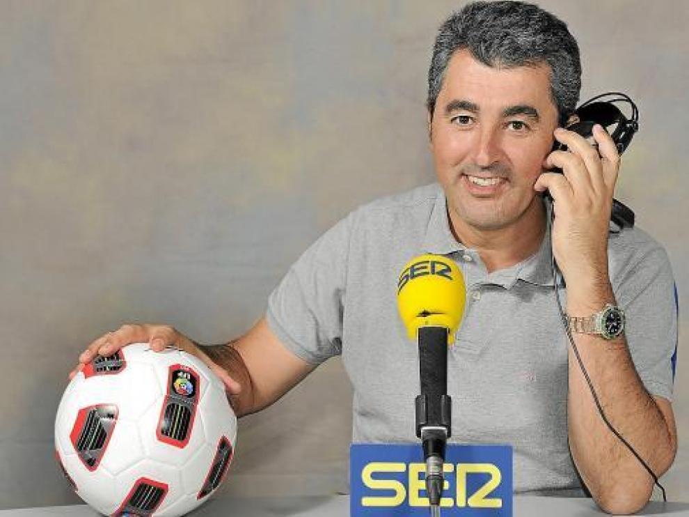 Javier Hoyos, natural de Cantabria, en el estudio de la Cadena Ser, con un balón de la Liga.