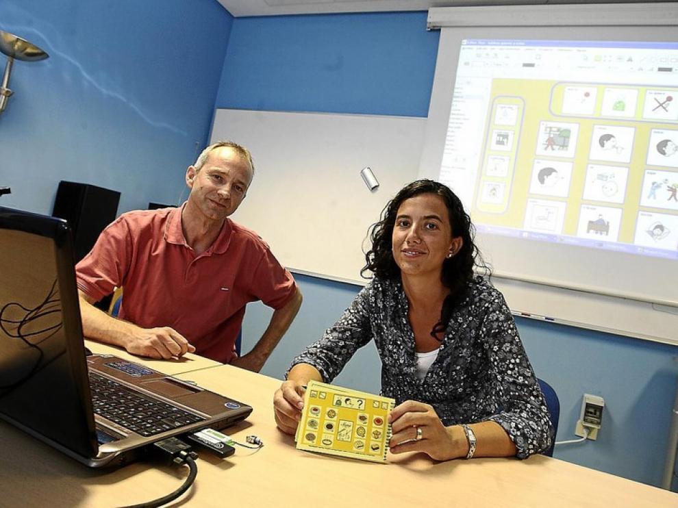 Joaquín Ezpeleta, director del departamento de Informática, y Carolina Palacio, que ha culminado la aplicación dentro de su proyecto