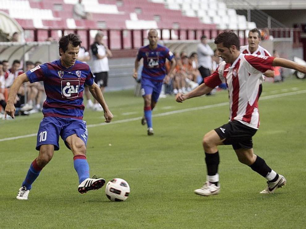 Camacho se dispone a driblar a un rival ante la atenta mirada de Rico, en Las Gaunas