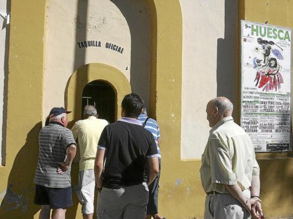 Aficionados taurinos comprando localidades para la Feria del Toro en la plaza de Huesca.