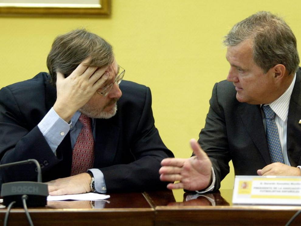 secretario de Estado para el Deporte, Jaime Lissavetzky (i), charla con Gerardo González, presidente de la Asociación de Futbolistas Españoles