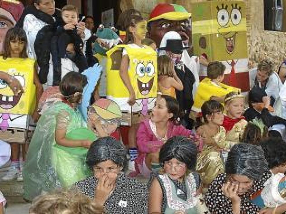 Niños en un concurso de disfraces.