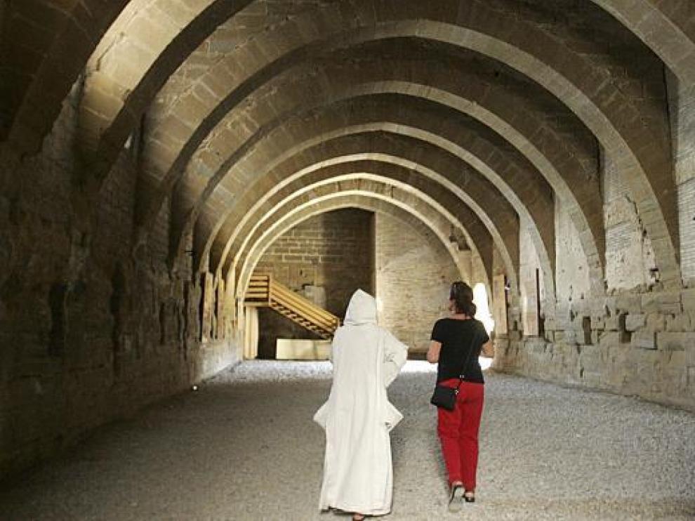 La religiosa que ejerce de guía junto a una visitante en los antiguos dormitorios de las monjas.
