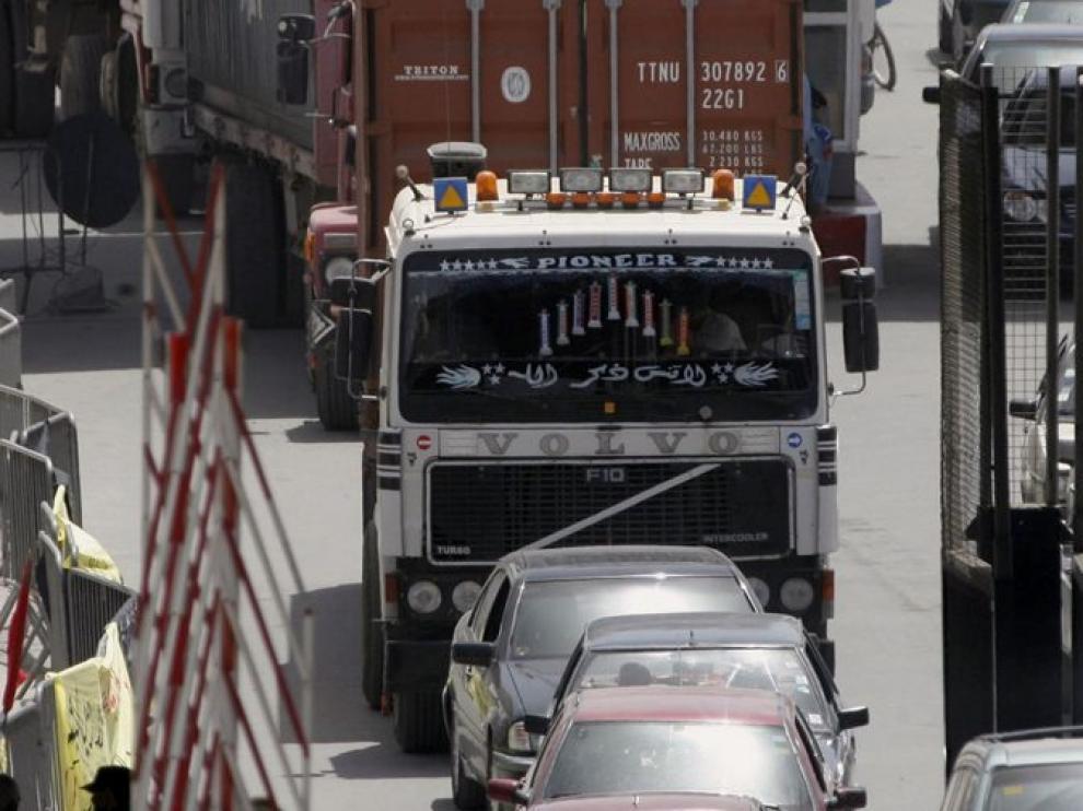 El camión que transporta alimentos entra en Melilla.