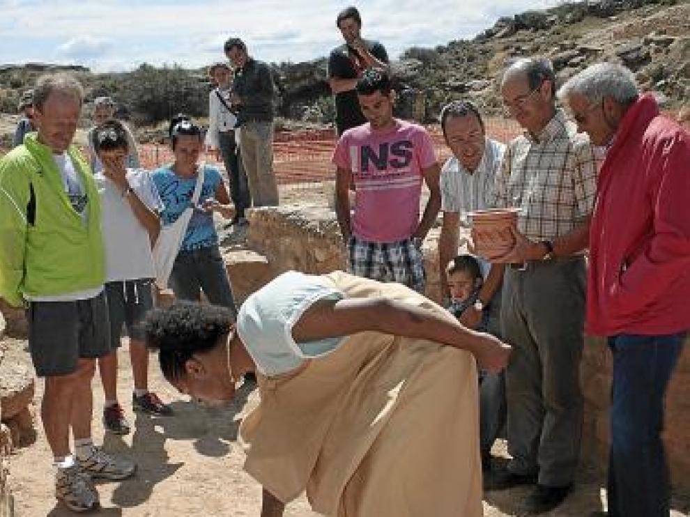 Varios turistas observan las réplicas de cerámica.