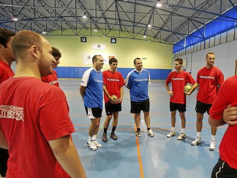 Nolasco, primero por la izquierda de azul, se dirige a sus jugadores antes de empezar un entreno.