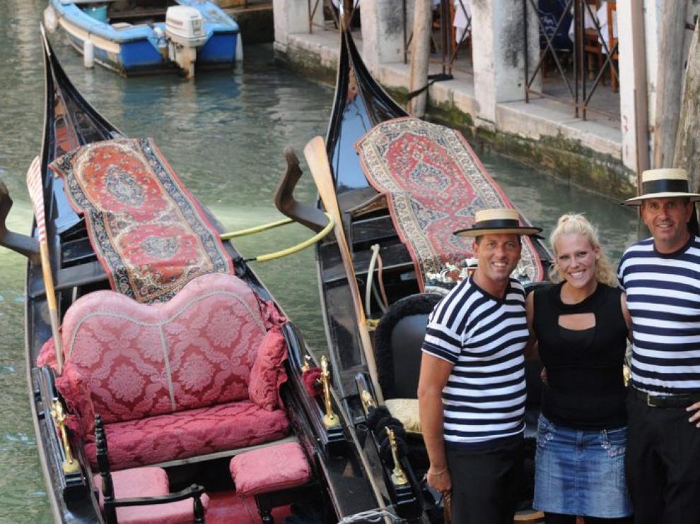 Imagen de archivo de tres gondoleros de Venecia, una de las figuras más típicas de la ciudad italiana.